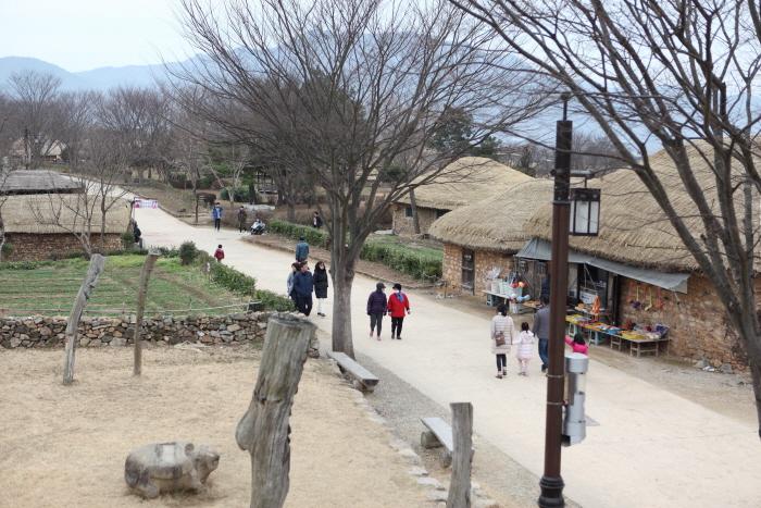 마을을 동서로 가로지르는 길