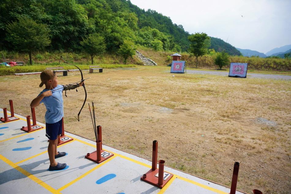 체험장 가까이 마련된 옥순정국궁장에서 어린이도 국궁을 즐길 수 있다.