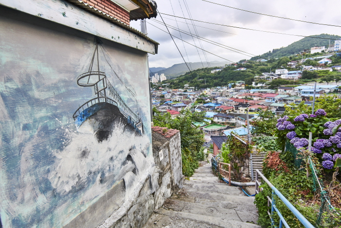 Straße Nongoldam-gil (Dorf Deungdae Damhwa) (동해 논골담길 (등대 담화마을))