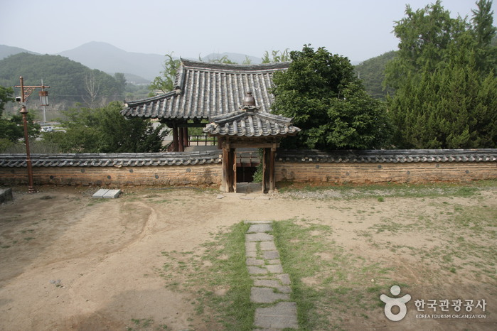 Dodongseowon Confucian Academy (도동서원)