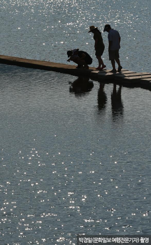 DMZ생태평화공원의 용양보 탐방로를 걷는 가족