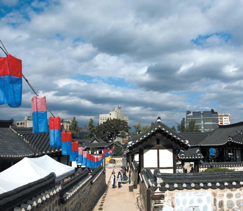 Jeongwol Daeboreum Event im Hanok-Dorf Namsangol (남산골 한옥마을 세시맞이 정월대보름)