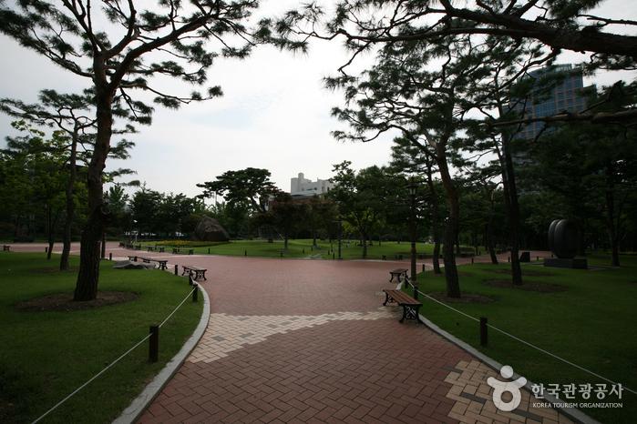 Мемориальный парк движения за погашение государственного долга (국채보상운동기념공원) (старое название Парк единомышленников)22