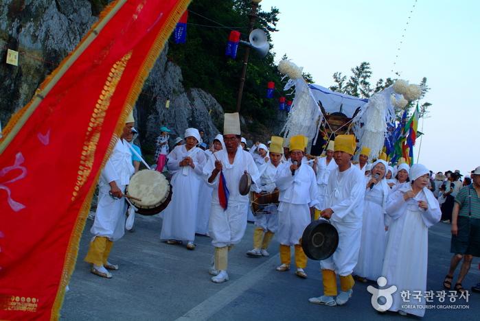 Muchangpo Mystic Sea Road Jukkumi and Dodari Festival (무창포 신비의 바닷길 주꾸미·도다리 축제)