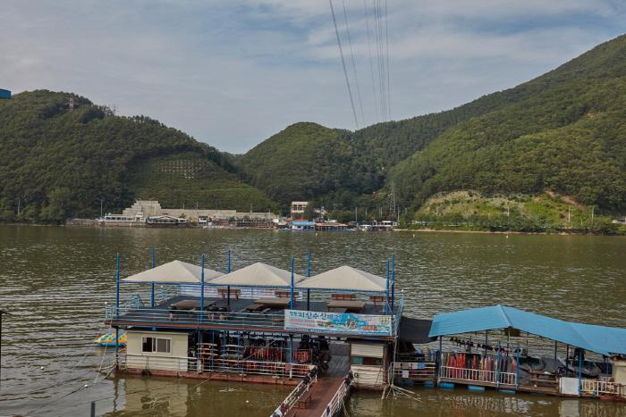 清平湖畔辣魚湯村(청평호반 매운탕촌)