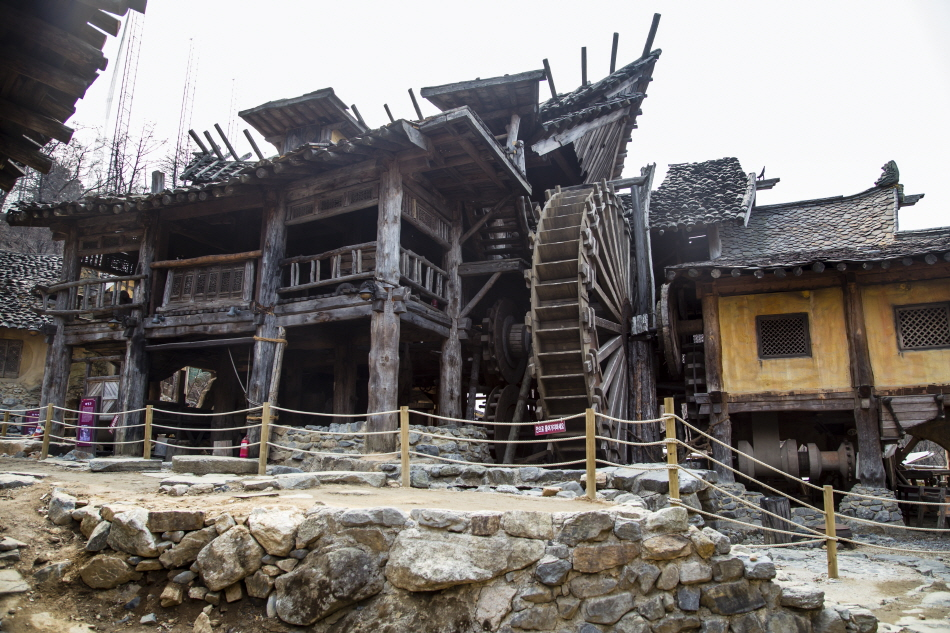 대장간과 마을을 재현해 꾸민 고구려대장간마을 야외전시관