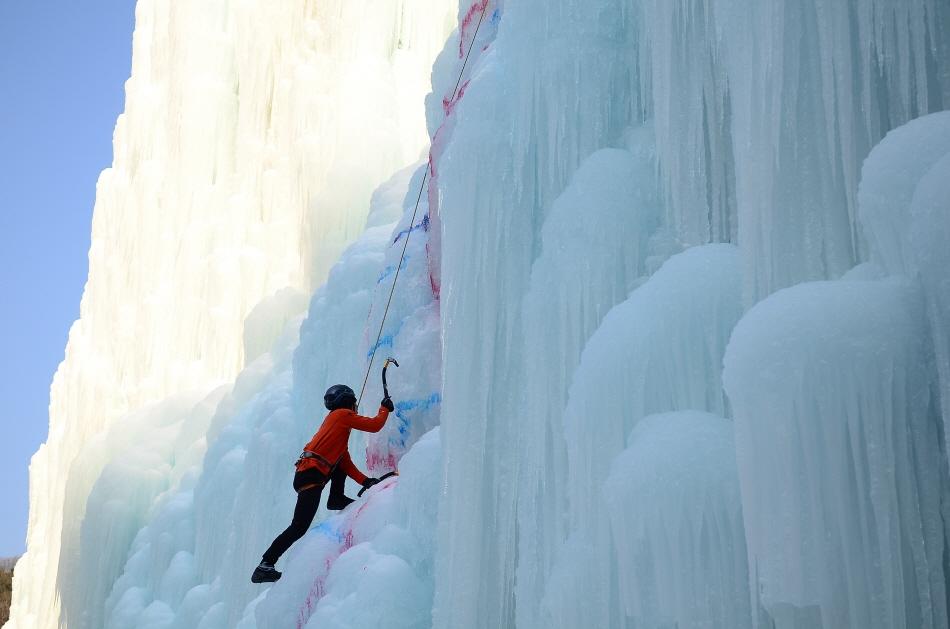 청송 얼음골 빙벽장을 등반하는 산악인