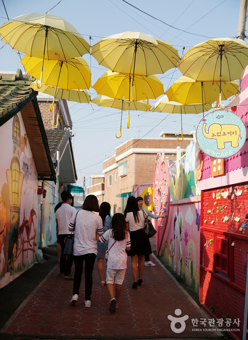 우산으로 꾸며놓은 송월동 동화마을