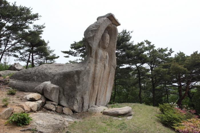 자연 암석을 파서 만든 감실에 조각한 홍성 신경리 마애여래입상