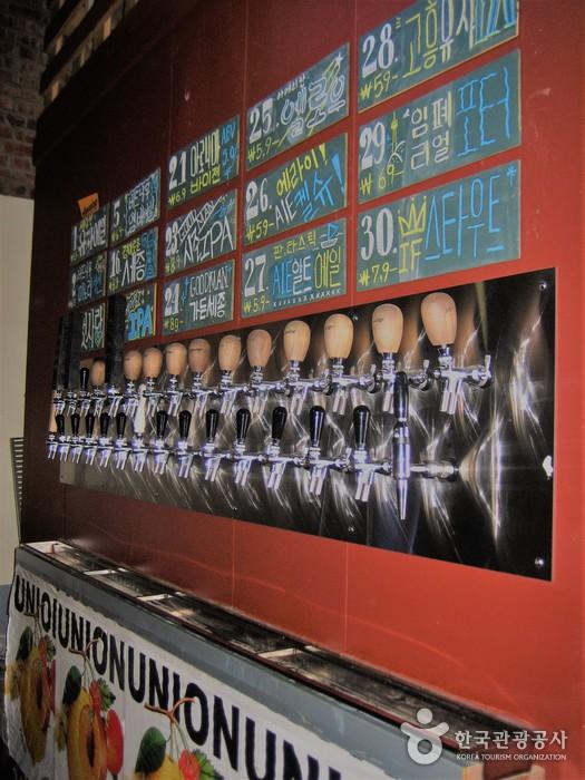 다양한 종류의 수제 맥주를 즐길 수 있다.