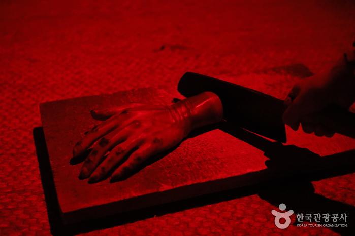 슥슥. 부엌 어딘가에서 들려오는 칼 가는 소리