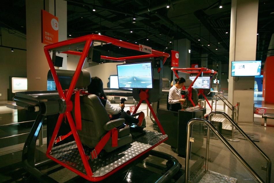 국립부산과학관에서 인기 있는 비행 시뮬레이션