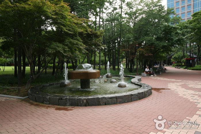 Мемориальный парк движения за погашение государственного долга (국채보상운동기념공원) (старое название Парк единомышленников)20