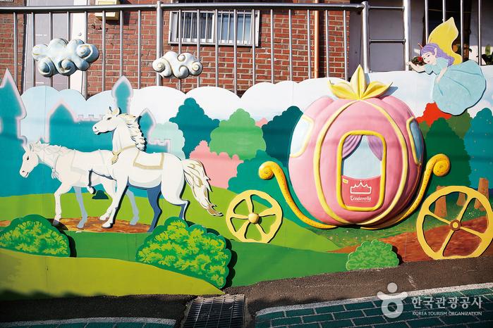 총천연색 동심의 세계가 펼쳐지는 송월동 동화마을