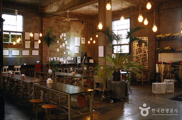 입구의 오른쪽에 위치한 공간에서는 음식을 즐길 수 있다.