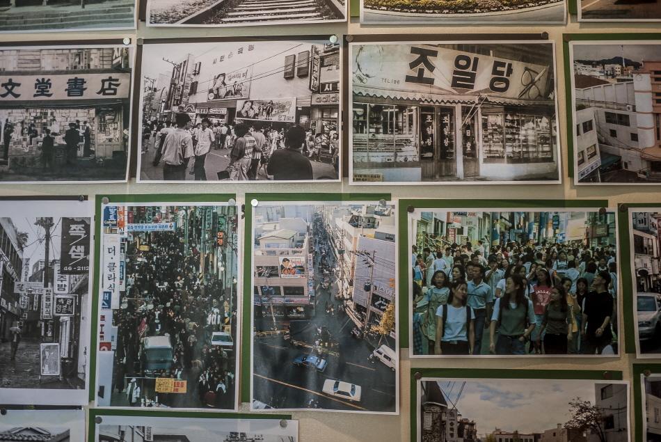 옛 창동의 모습이 담긴 사진들이 붙어있는 벽