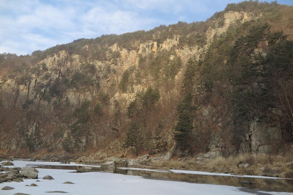 승부역에서 걸어 나오면 수려한 강변 풍경이 펼쳐진다.