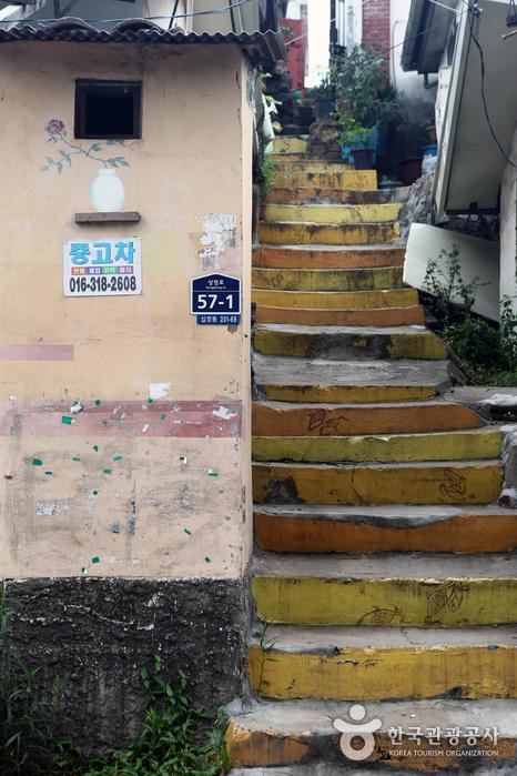 산자락에 자리한 십정동의 좁은 골목과 계단