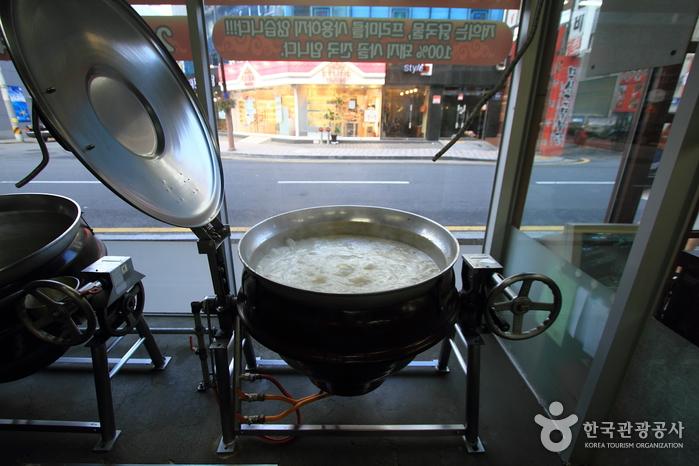 Jangsuchon Sundae Dwaeji Gukbap (장수촌순대돼지국밥)