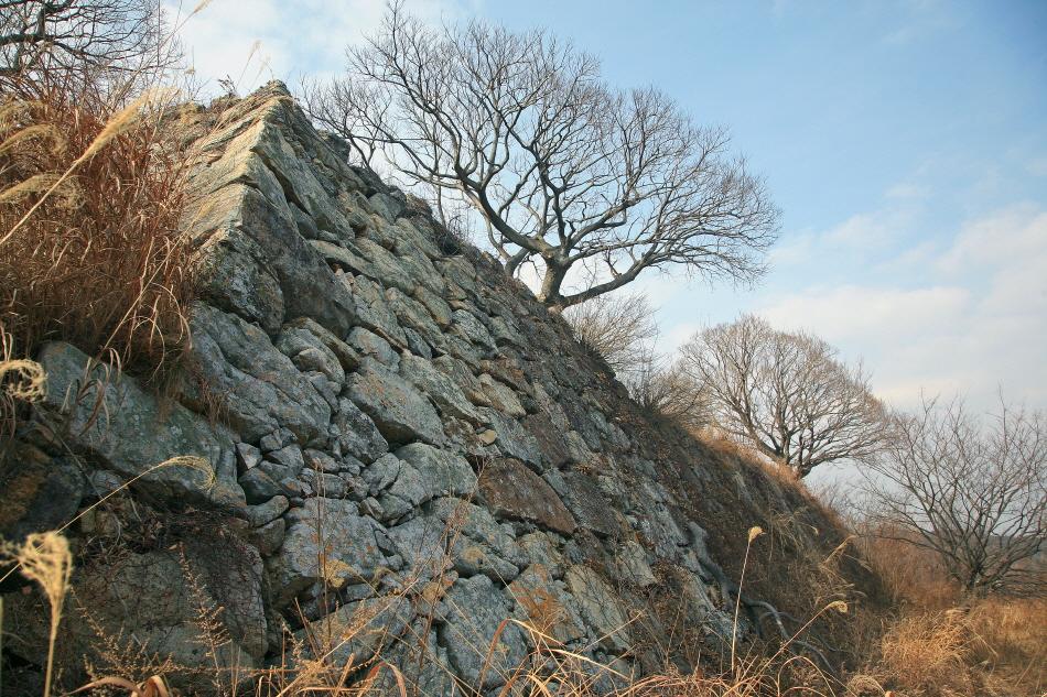 기장죽성리왜성은 경사지게 쌓은 일본식 성곽이다