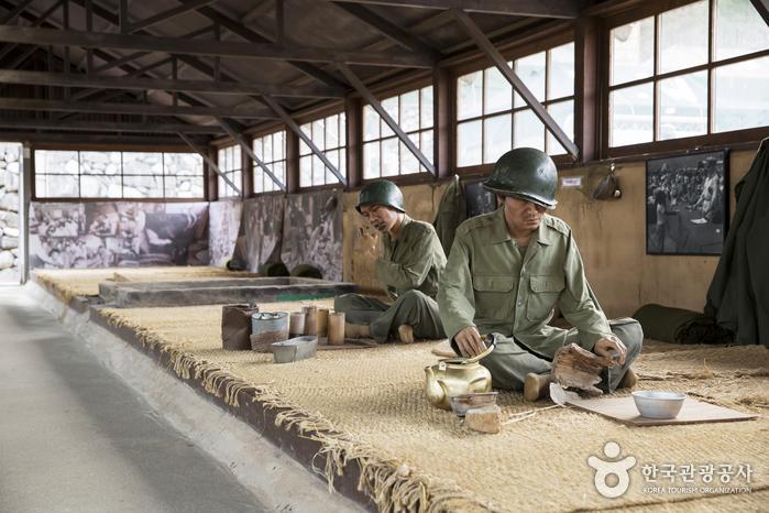 막사에서 배급받은 음식을 먹는 포로 모형
