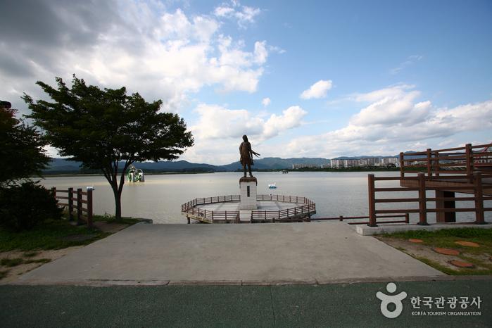 昭陽江乙女像(소양강 처녀동상)