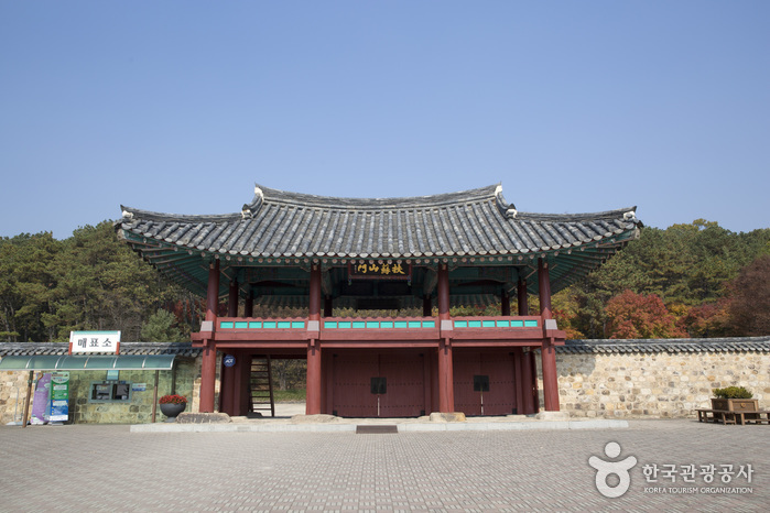 Gwanbuk-ri Archeological Site & Busosanseong Fortress [UNESCO World Heritage] (관북리유적과 부소산성 [유네스코 세계문화유산])