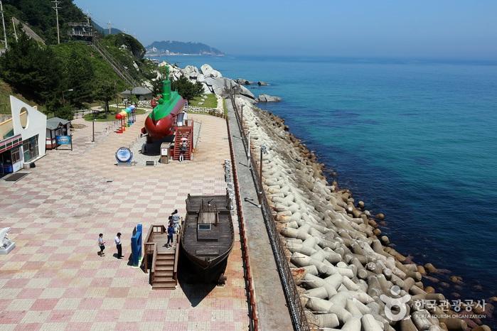 전북함에서 내려다본 공원과 바다