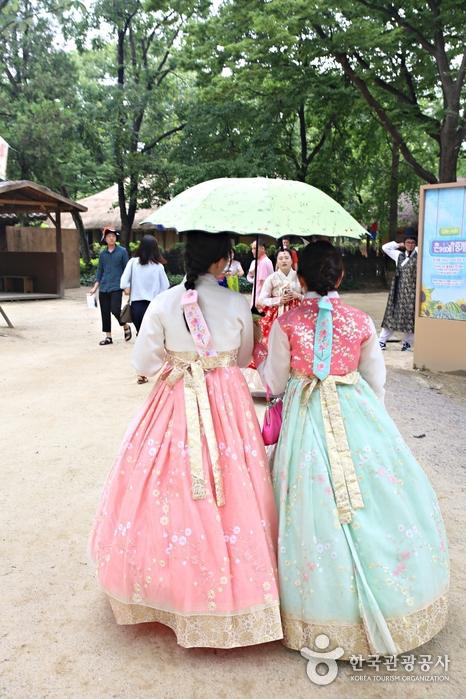 한복을 입고 한국민속촌을 방문하면 입장료가 할인된다.
