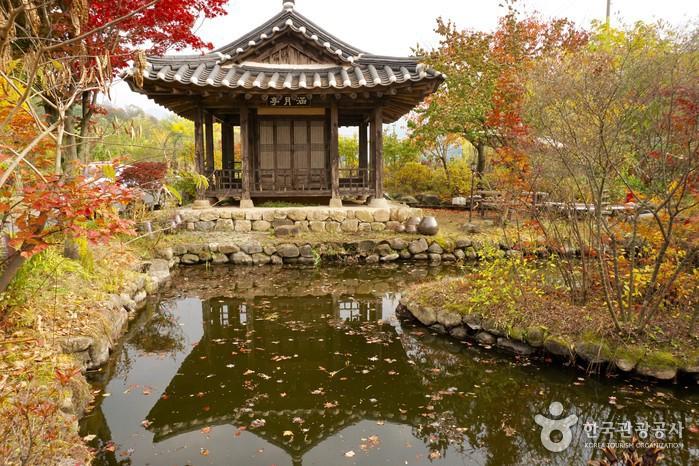 작은 연못의 아담한 정자는 옛 모습 그대로다.