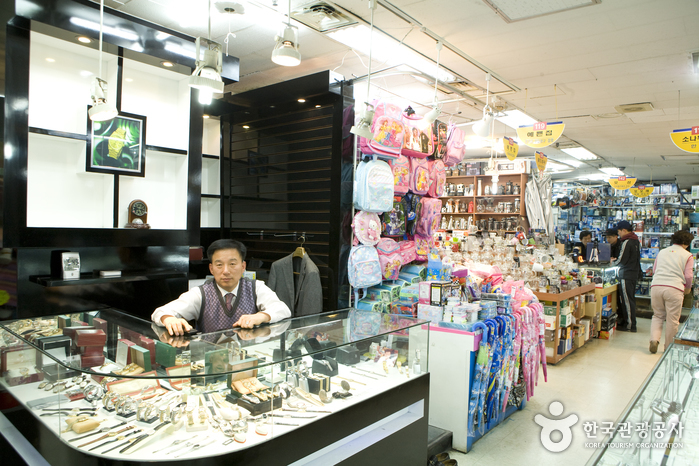 Sungnyemun Imported Goods Shopping Center (숭례문(남대문) 수입상가)