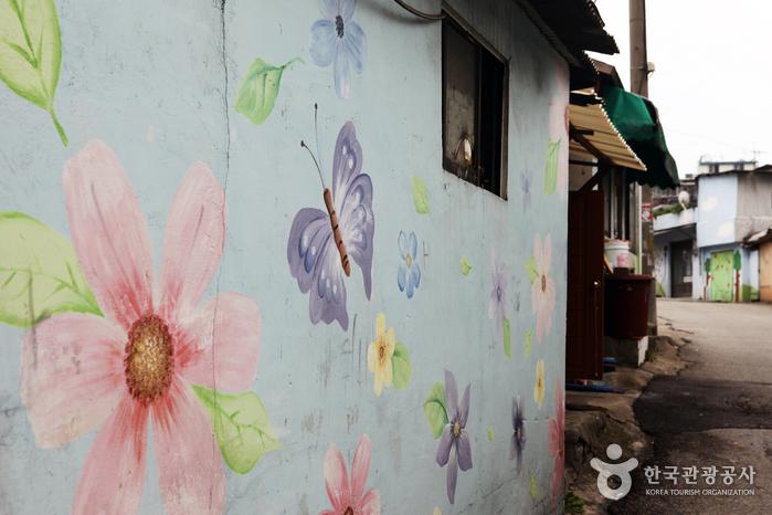 동네 초입을 장식한 꽃과 나비 벽화