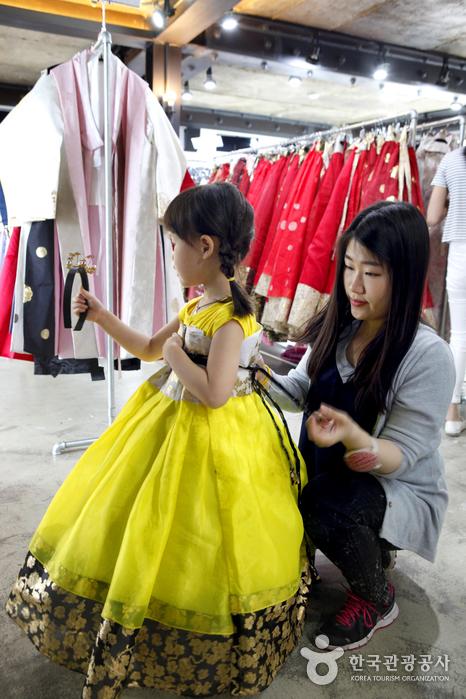 어린이 한복도 다양하다.