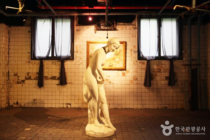 드라마 [태양의 후예]에서 강모연(송혜교 분)이 인질로 잡혀 있던 샤워장