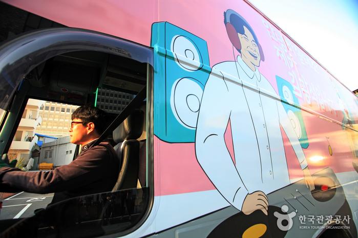 김광석이 헤드셋을 쓰고 있는 모습이 그려져 있는 더플레이버스 외관