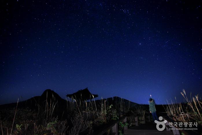 밤이면 별 소나기가 쏟아지는 칠흑 같은 황매산