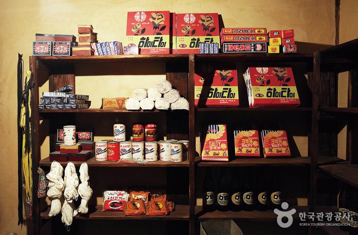 먼지 뽀얗게 쌓인 가게에 아리랑 담배, 하이타이, 스타 치약 등 추억 속 제품이 널려 있다