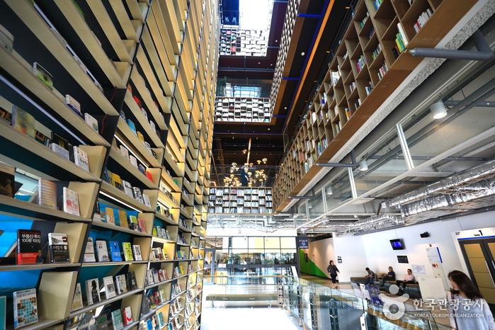 북파크 2층에서 3층으로 이어진 24m에 이르는 책장