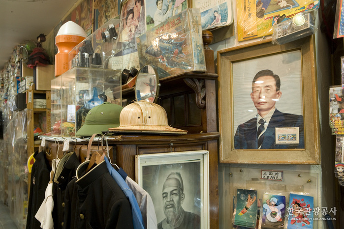 Trash: Toto's Nostalgia Museum and Giftshop (토토의 오래된물건)