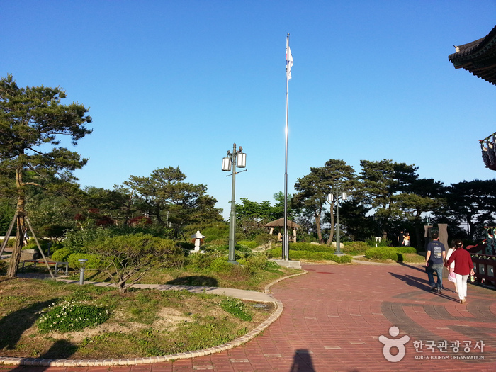 Bugak Skyway Palgakjeong Pavilion (북악스카이 팔각정)