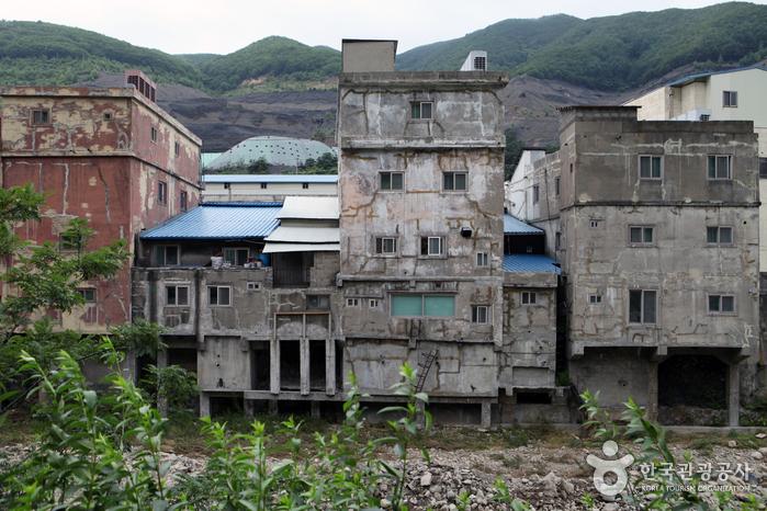철암천에 기둥을 세워 지은 까치발 건물