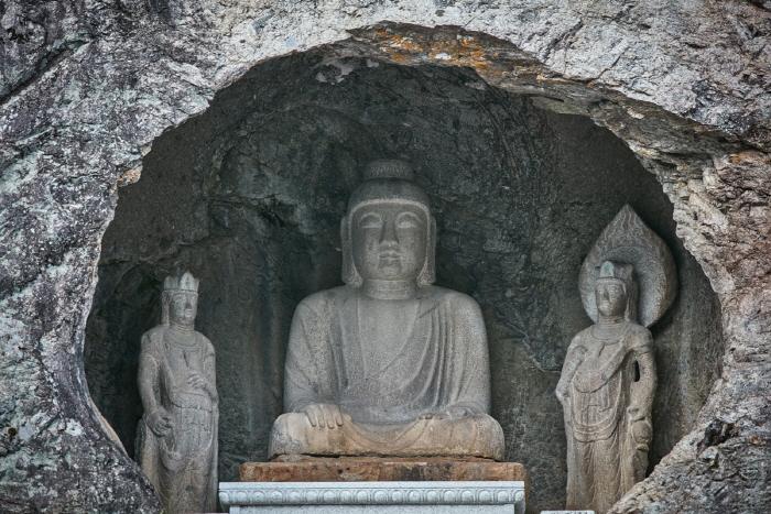 군위 아미타여래삼존 석굴