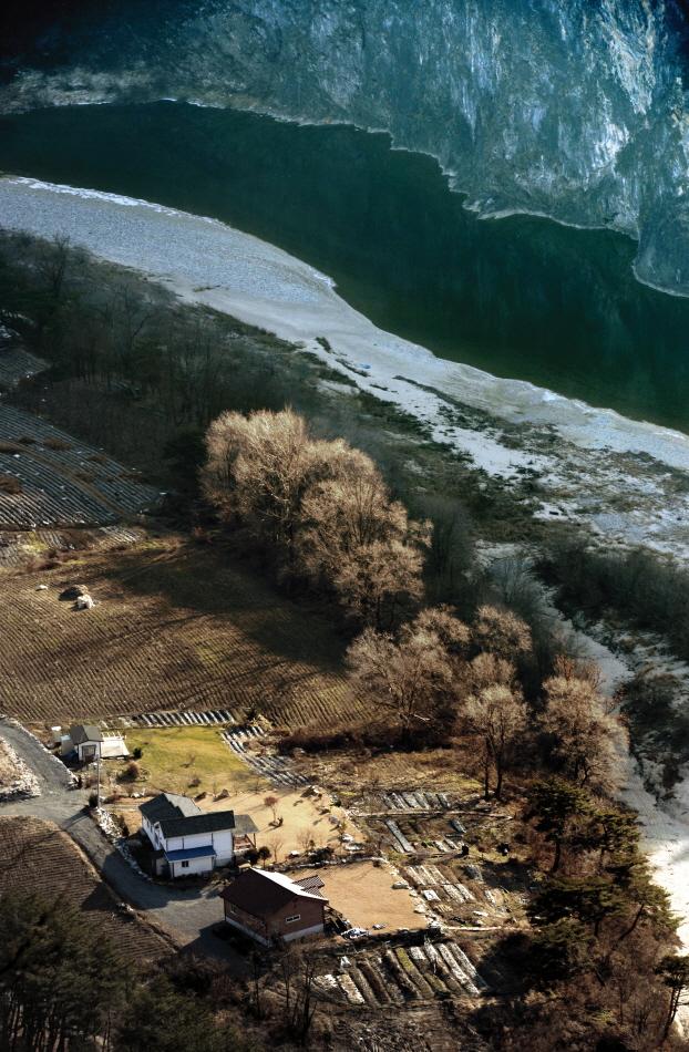 강변 마을 사람들에게는 강이 마을이고, 마을이 곧 강이다.