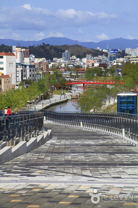 포항운하관을 시작으로 1.3km의 물길이 이어진다.