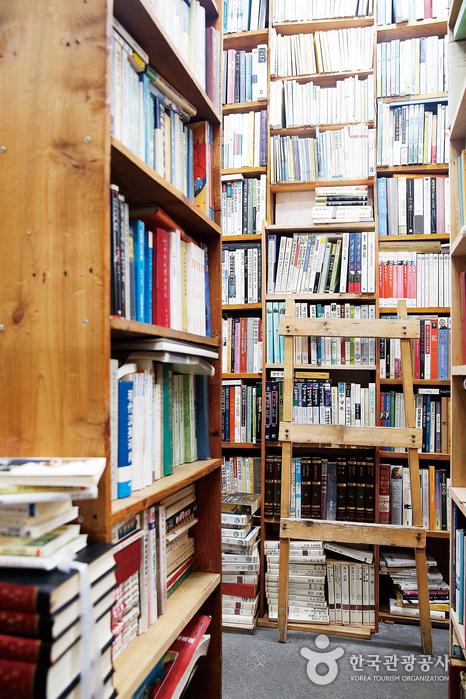 손때 묻은 오래된 책 냄새가 정겨운 헌책방 풍경