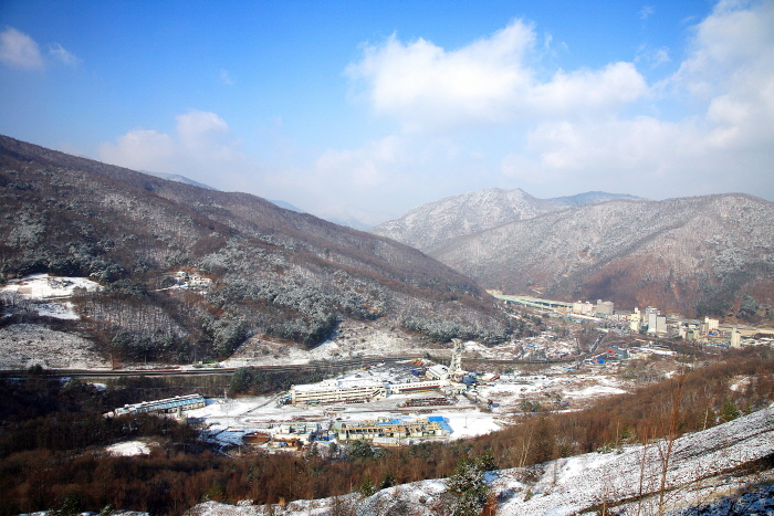 하이원리조트 주차장에서 본 사북탄광문화관광촌 전경과 사북의 산세