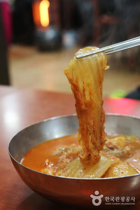 흐물흐물 푹 익힌 김치가 매력적인 굴다리식당 김치찌개