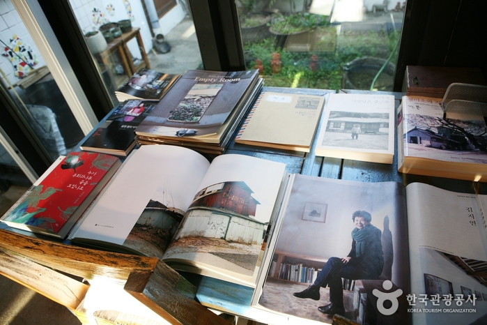 서학동 사진관 카페와 김지연 작가 작품집.