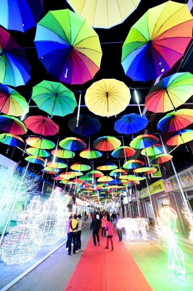 우산 수백 개가 터널을 이루는 우산 거리