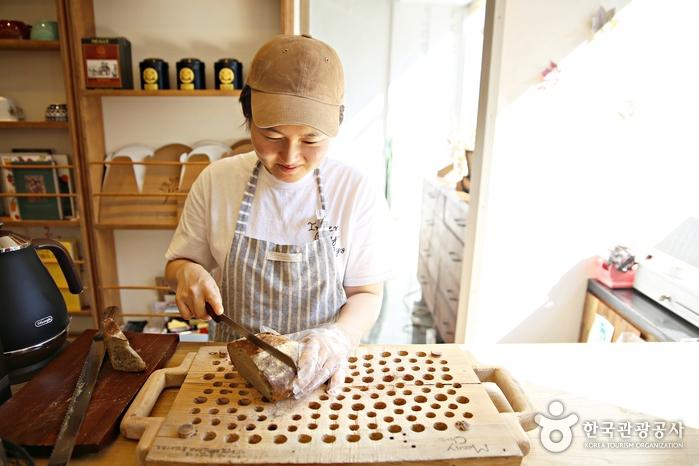 손님들에게 따뜻한 빵을 맛보게 하는 주인장 최효주 씨